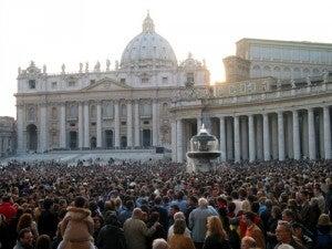 Folla di fedeli alle celebrazioni in Piazza San Pietro