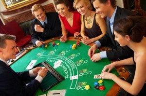 Ospiti del casinò che giocano a blackjack