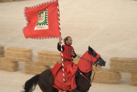 Cavaliere del quartiere Canali al Palio dei Normanni