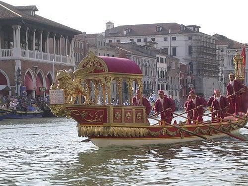 Un'imbarcazione del corteo storico della Regata di Venezia