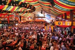 Le lunghissime tavolate dell'Oktoberfest
