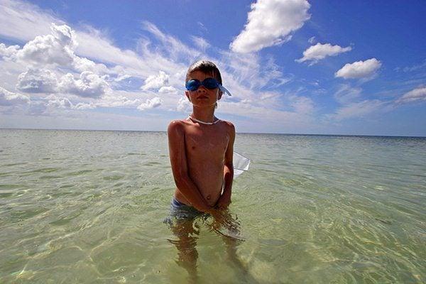 Gente da spiaggia - pipì in acqua