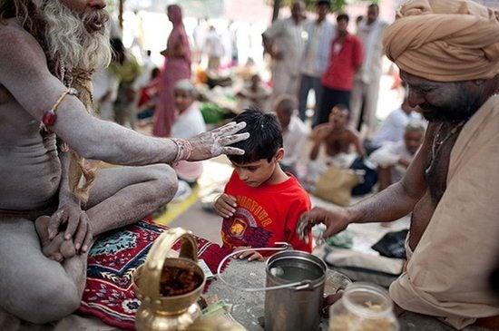 sadhu con bambino