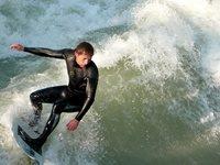 Chi ha detto che fare surf nel centro di Monaco di Baviera è impossibile?