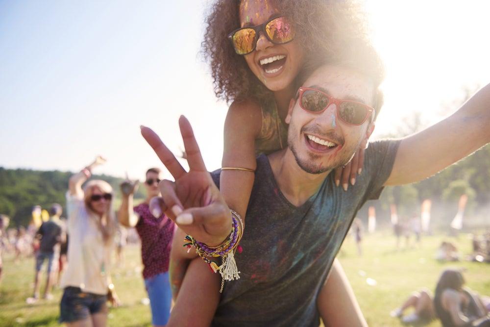 amici divertendosi festival