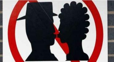 Attenzione! 5 luoghi dove è proibito baciarsi in pubblico
