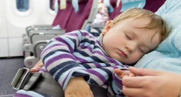 Viaggiare in aereo con bambini: le tariffe delle compagnie aeree