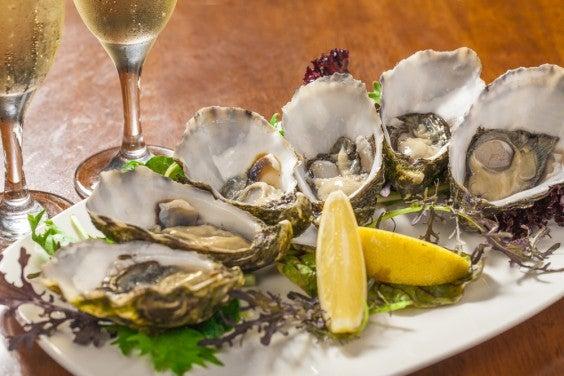 Enamorarse en la mesa: rutas gastronómicas para San Valentín . Ostras afrodisíacas la Costa Azúl