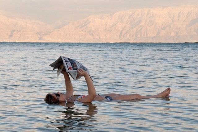 donna galleggiando mar morto