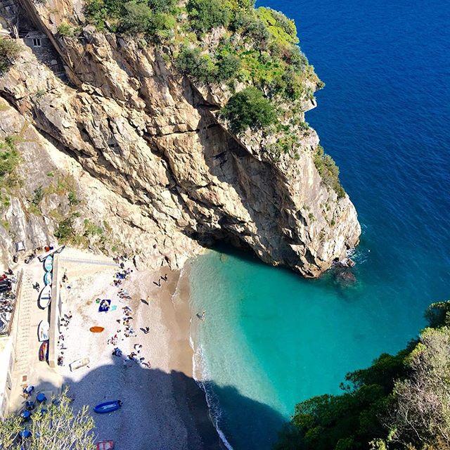 playa de priano en la costa amalfitana