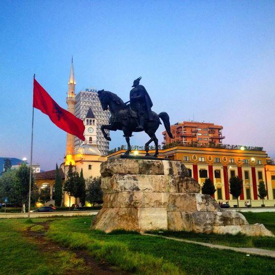piazza di Skanderbeg cose da fare a tirana edreams blog di viaggi