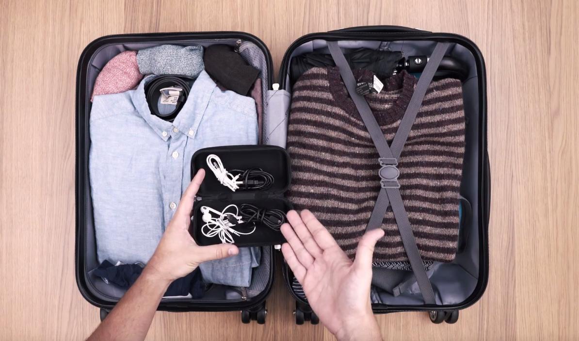 trucchi viaggio eDreams - valigia cavi custodia cellulare
