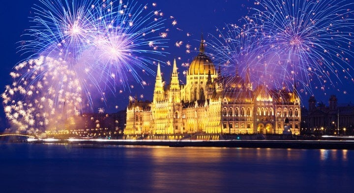 Fuochi d'artificio sul parlamento di Budapest