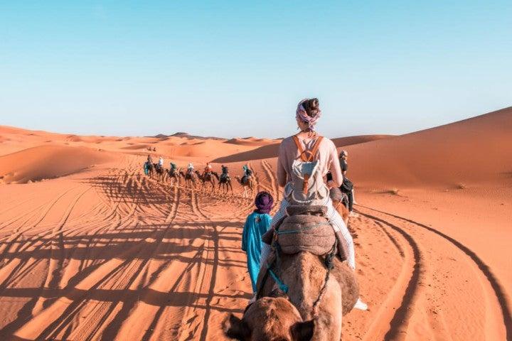 Carovana nel deserto del Sahara