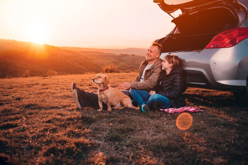 padre e figlia con cane