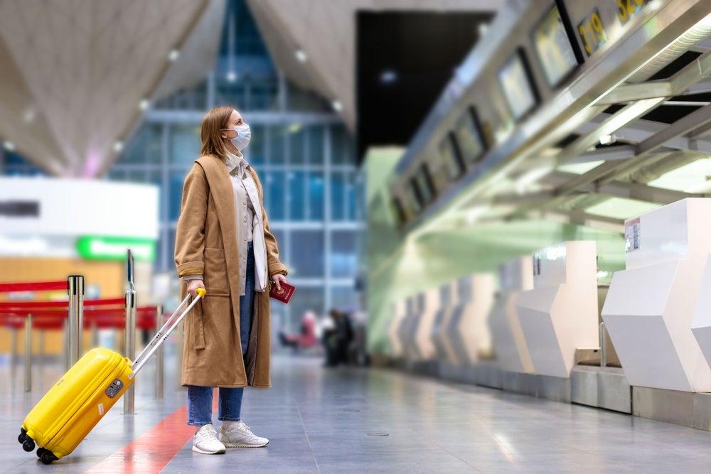 donna con mascherina aeroporto