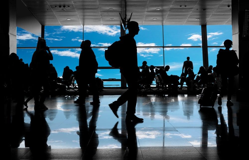 silouettes passeggeri in aeroporto