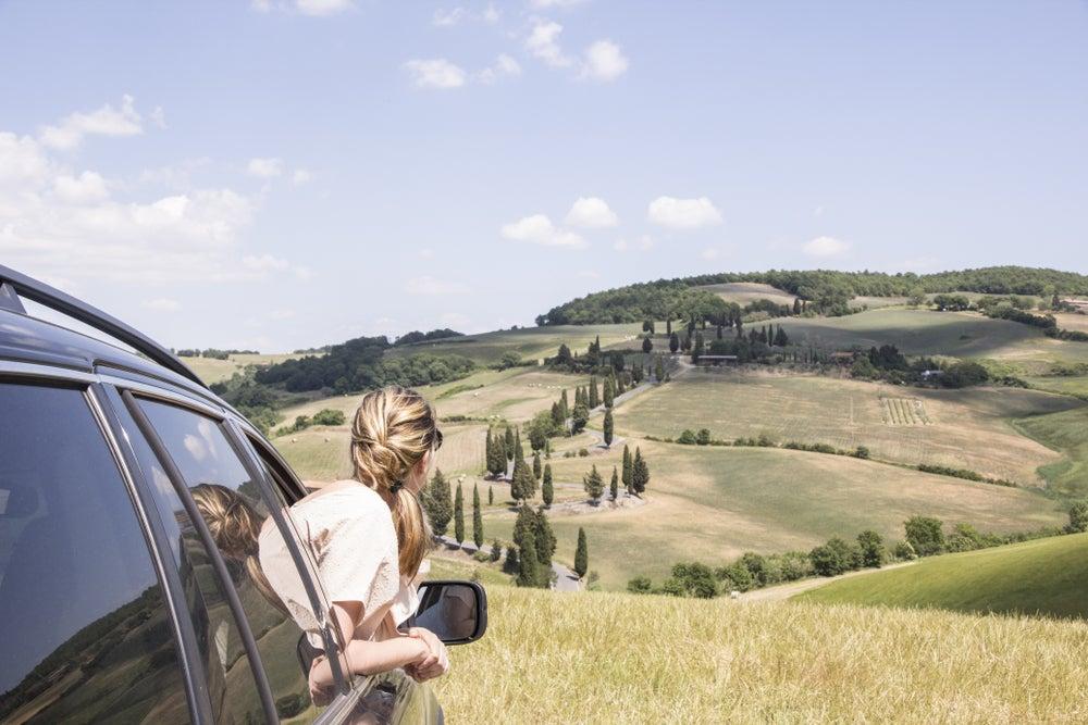 ragazza affacciata al finestrino di un'auto