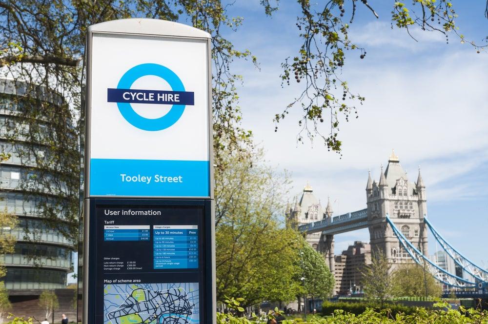 insegna noleggio bici a Londra con Tower Bridge sullo sfondo