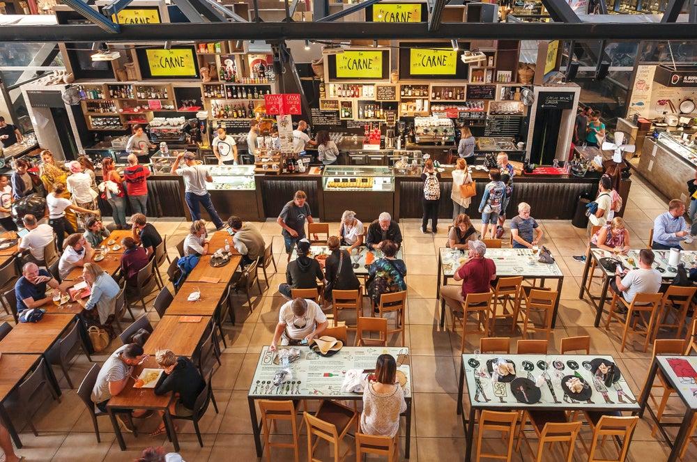 persone che mangiano al Mercato Centrale Firenze