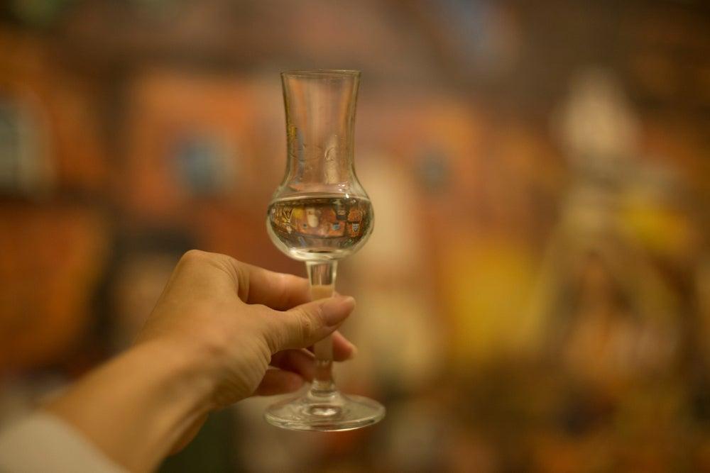 bicchiere tradizionale con palinka