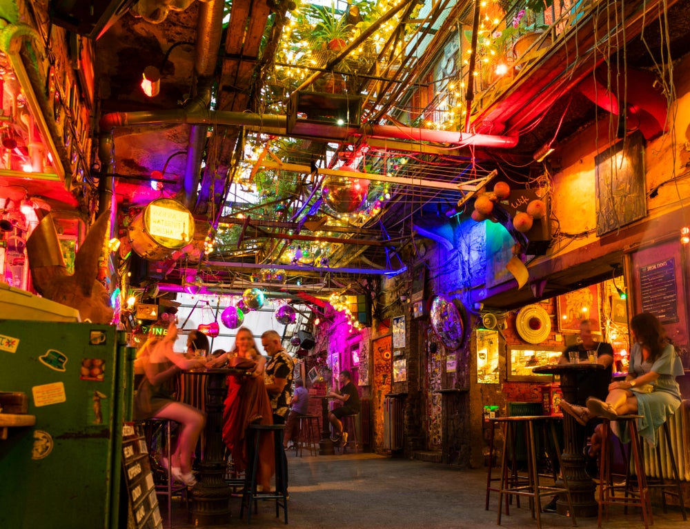 persone sedute al ruin bar Szimpla Budapest