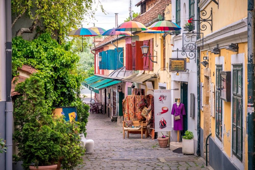 strada con ombrelli colorati a Szentendre vicino Budapest