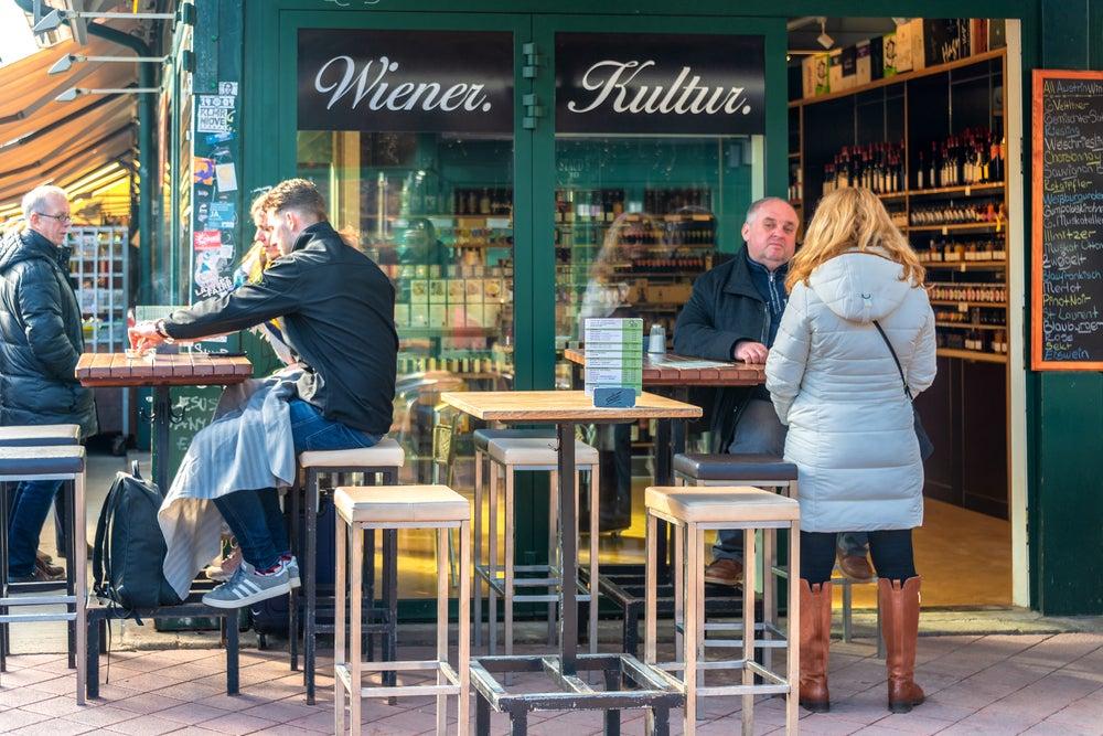 persone che pranzano al mercato Naschmarkt di Vienna