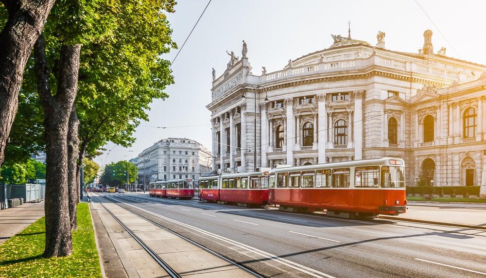tram che percorre Ringstrasse Vienna davanti al Burgtheater