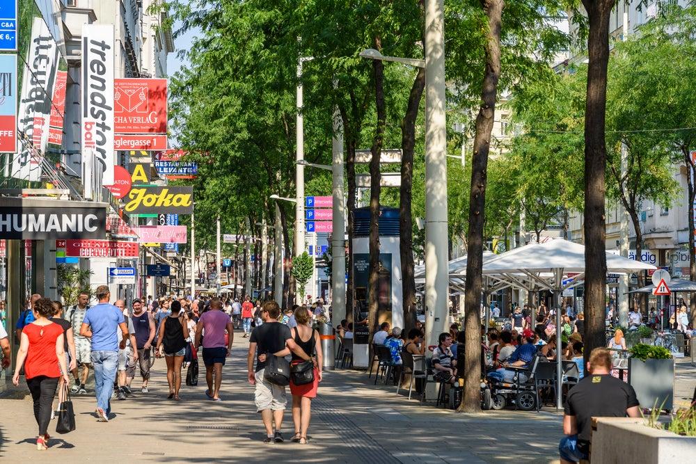 persone che fanno shopping sulla Mariahilferstrasse Vienna
