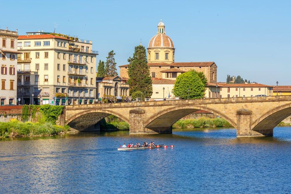 vogatori sul fiume Arno Firenze