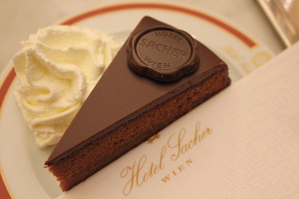 fetta di torta Sacher dell'Hotel Sacher Vienna