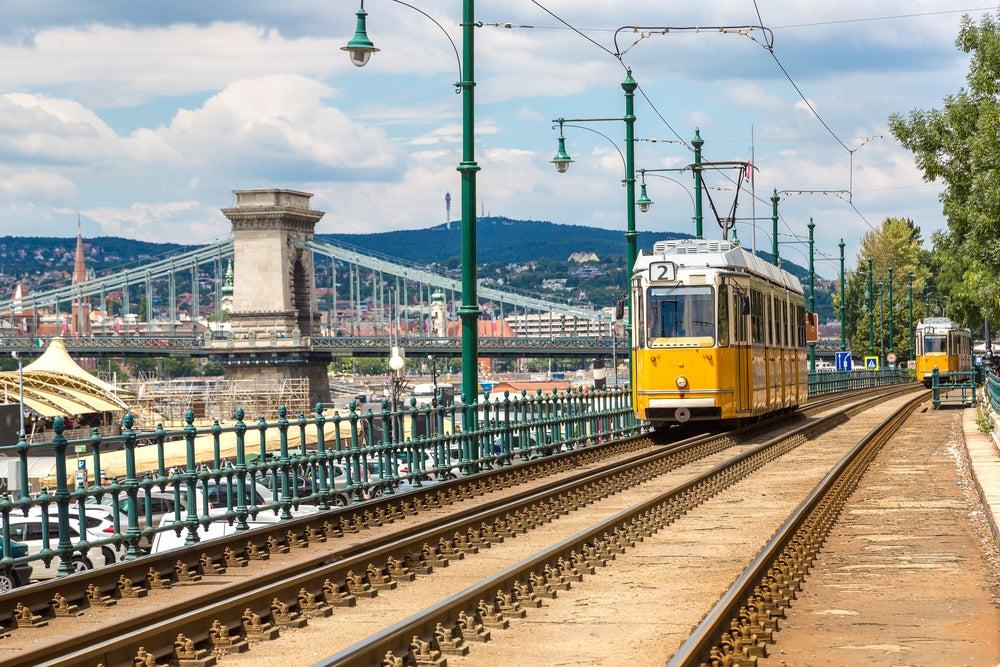 tram Budapest con ponte delle catene sullo sfondo