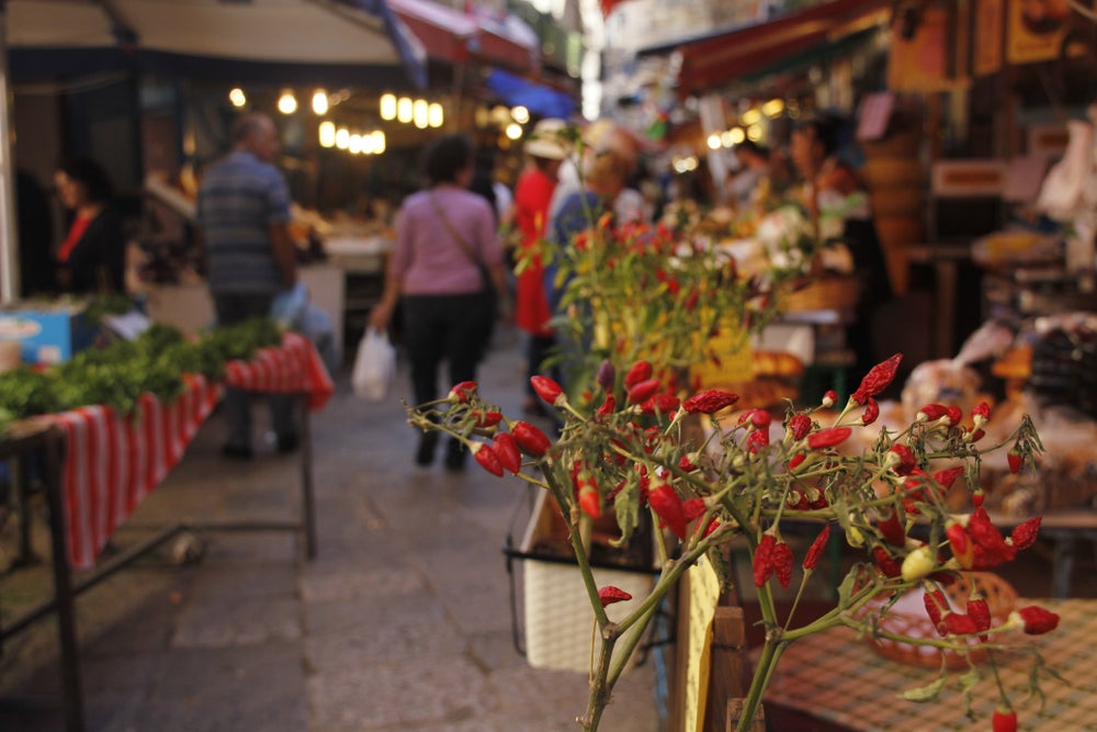 Una via del mercato di Palermo