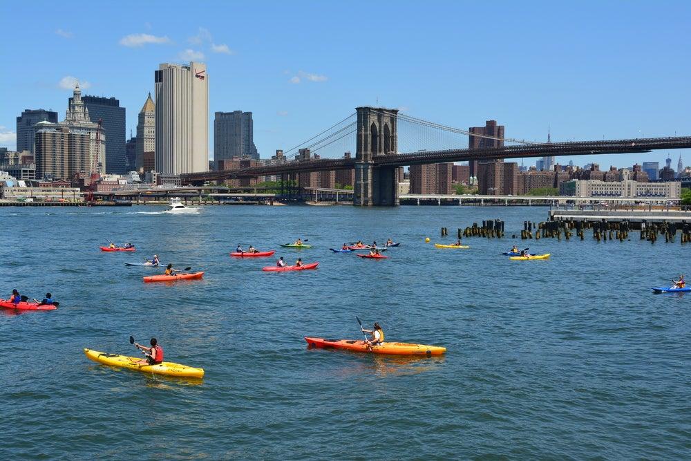 persone che vanno in kayak New York