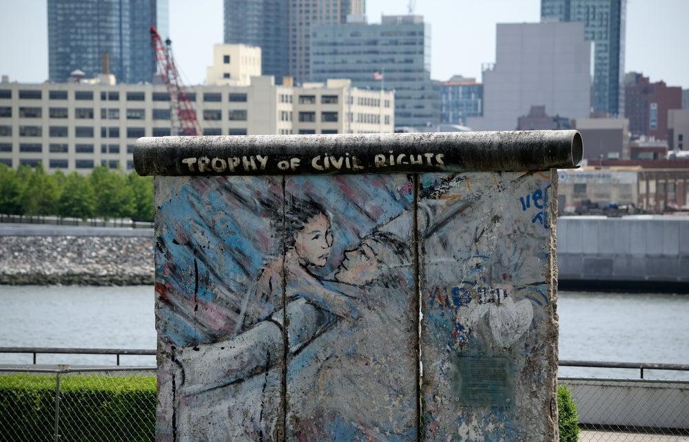frammento del muro di Berlino New York