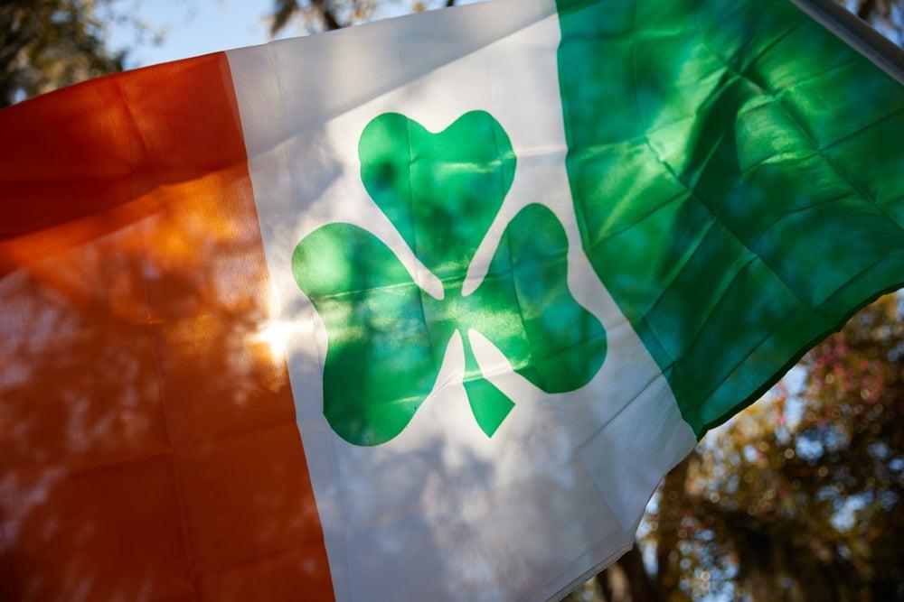 Bandiera irlandese con quadrifoglio. Giorno di San Patrizio.