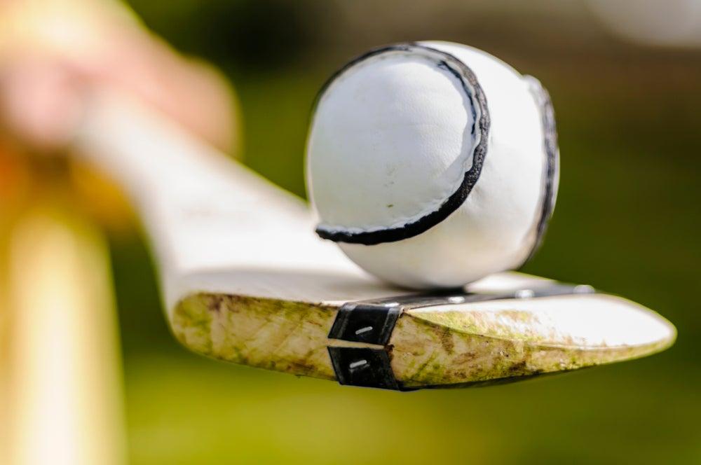 Mazza hurley e pallina sliotair per il gioco dell''hurling