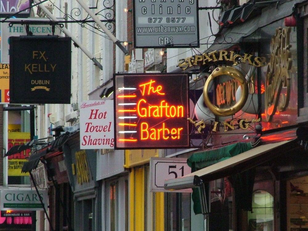 Grafton Street, insegne al neon colorate. luogo ideale per lo shopping da fare a Dublino