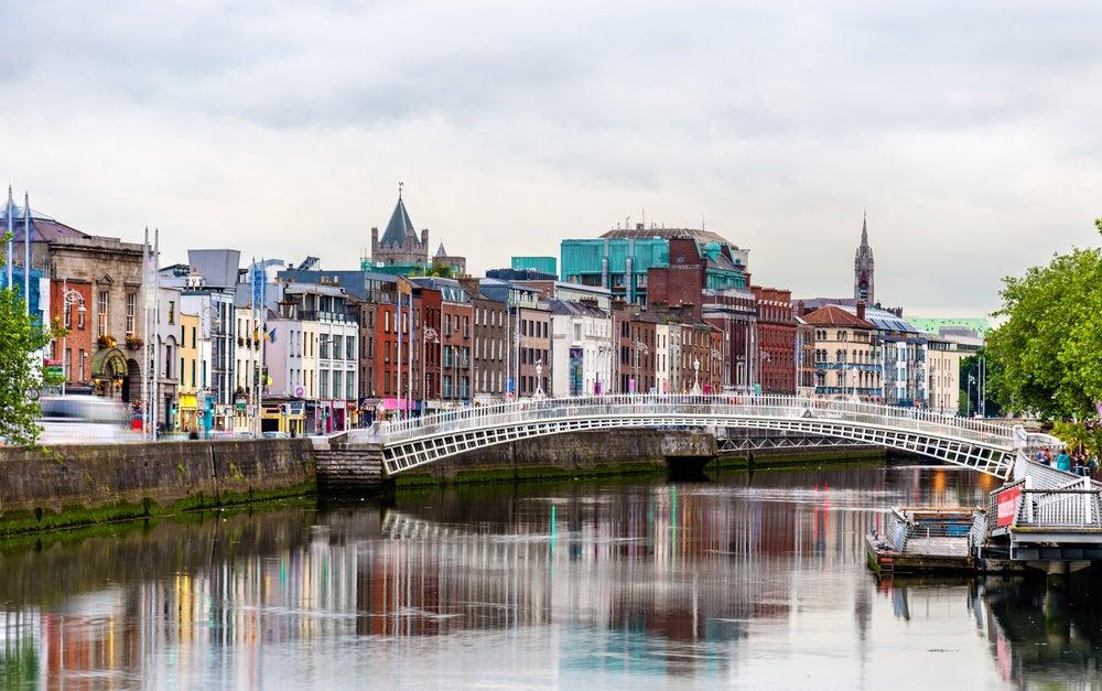 Fiume Liffey con il ponte  Penny Bridge, famoso da vedere a Dublino.