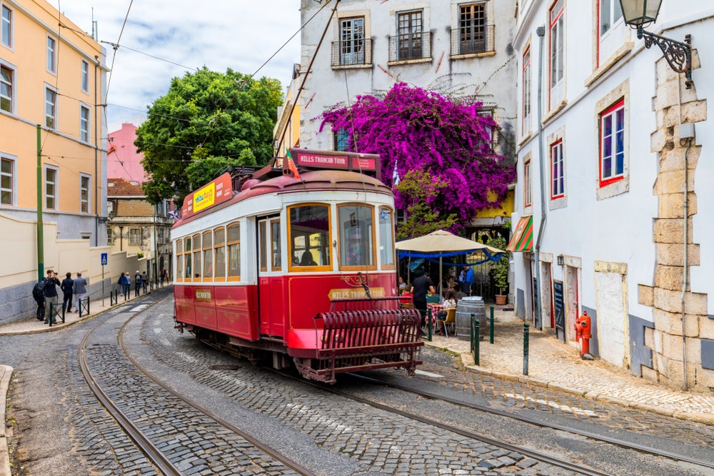 tram tipico in una via di Lisbona