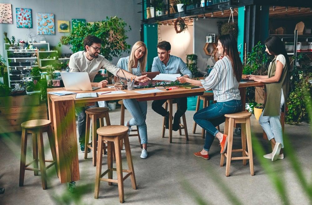 persone in spazio di coworking