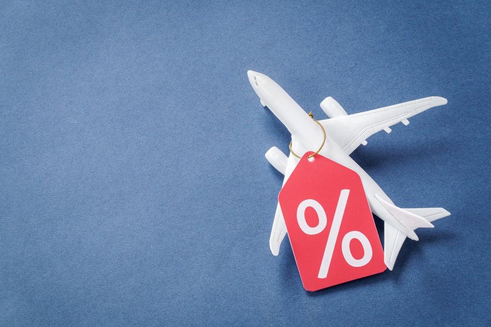 modello di aereo in miniatura con etichetta con simbolo percentuale